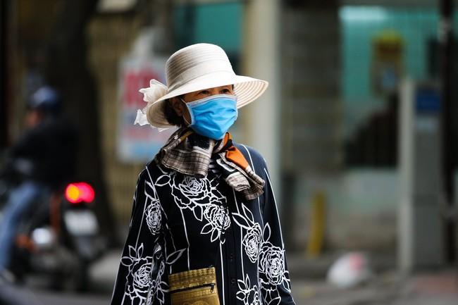 Hà Nội: Không khí lạnh tràn về, nhiệt độ giảm mạnh, người dân co ro, mặc áo ấm khi ra đường - Ảnh 11.