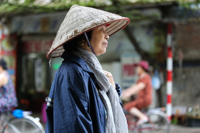 Hà Nội: Không khí lạnh tràn về, nhiệt độ giảm mạnh, người dân co ro, mặc áo ấm khi ra đường - Ảnh 8.