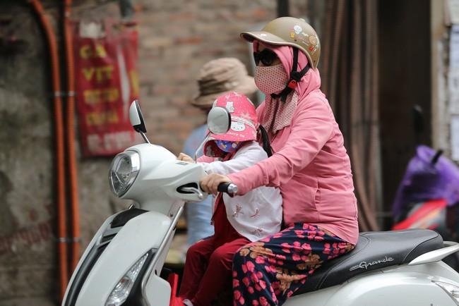 Hà Nội: Không khí lạnh tràn về, nhiệt độ giảm mạnh, người dân co ro, mặc áo ấm khi ra đường - Ảnh 3.
