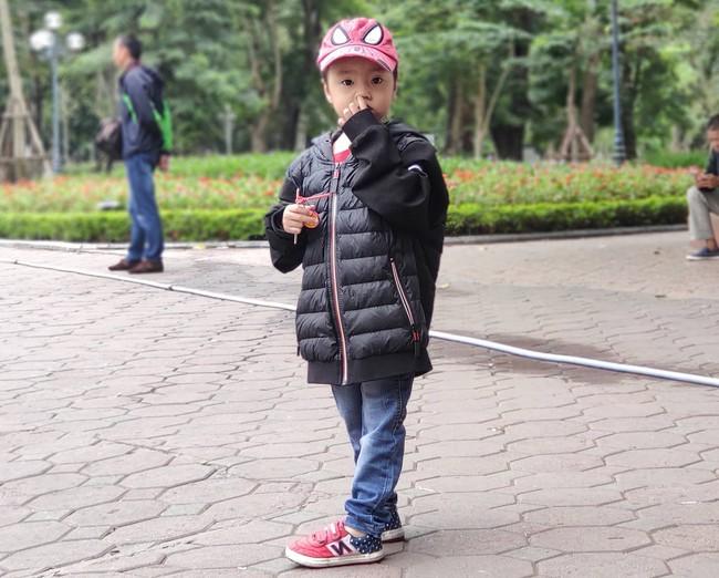 Hà Nội: Không khí lạnh tràn về, nhiệt độ giảm mạnh, người dân co ro, mặc áo ấm khi ra đường - Ảnh 9.