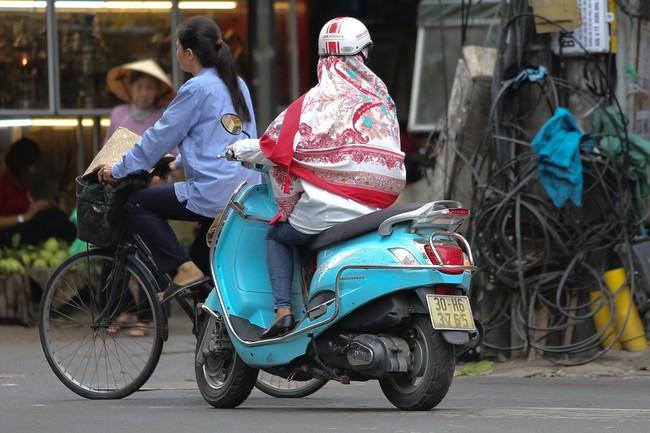 Hà Nội: Không khí lạnh tràn về, nhiệt độ giảm mạnh, người dân co ro, mặc áo ấm khi ra đường - Ảnh 10.