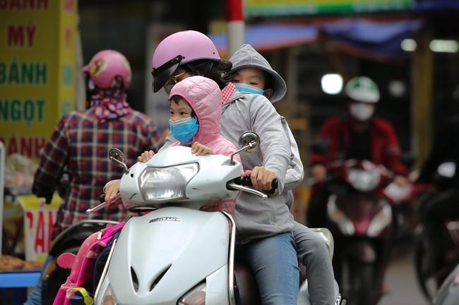 Hà Nội: Không khí lạnh tràn về, nhiệt độ giảm mạnh, người dân co ro, mặc áo ấm khi ra đường - Ảnh 5.