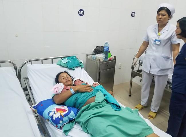 Sản phụ đi siêu âm được bác sĩ thông báo sinh đôi, ai ngờ đến lúc đẻ lại phát hiện thêm một em bé nữa - Ảnh 2.