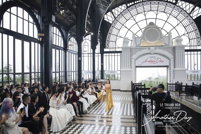 Bí mật đằng sau show diễn NTK Lê Thanh Hòa: Khoảnh khắc hậu trường xuất thần và khung cảnh nhà ga đẹp rụng rời qua mỗi bước catwalk của dàn mẫu - Ảnh 7.