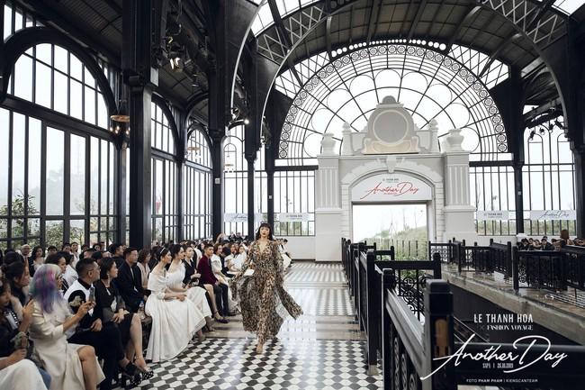 Bí mật đằng sau show diễn NTK Lê Thanh Hòa: Khoảnh khắc hậu trường xuất thần và khung cảnh nhà ga đẹp rụng rời qua mỗi bước catwalk của dàn mẫu - Ảnh 8.