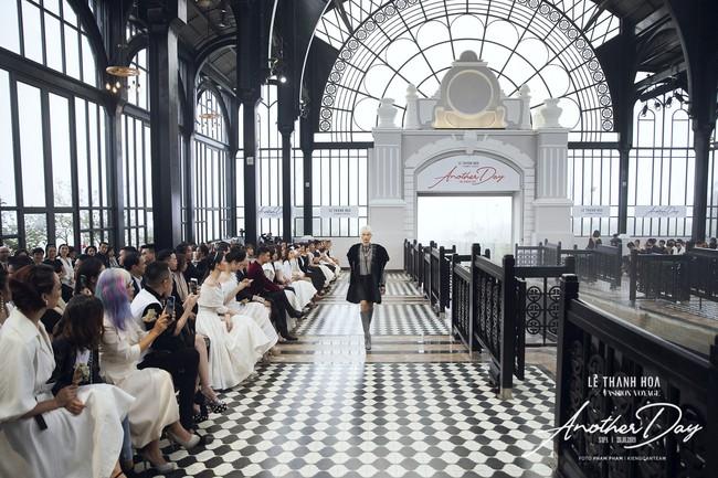 Bí mật đằng sau show diễn NTK Lê Thanh Hòa: Khoảnh khắc hậu trường xuất thần và khung cảnh nhà ga đẹp rụng rời qua mỗi bước catwalk của dàn mẫu - Ảnh 9.