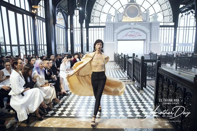 Bí mật đằng sau show diễn NTK Lê Thanh Hòa: Khoảnh khắc hậu trường xuất thần và khung cảnh nhà ga đẹp rụng rời qua mỗi bước catwalk của dàn mẫu - Ảnh 10.