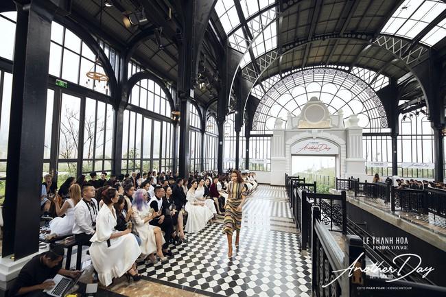 Bí mật đằng sau show diễn NTK Lê Thanh Hòa: Khoảnh khắc hậu trường xuất thần và khung cảnh nhà ga đẹp rụng rời qua mỗi bước catwalk của dàn mẫu - Ảnh 13.