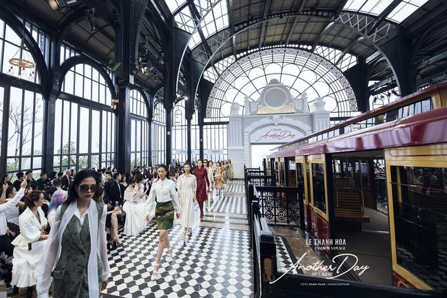 Bí mật đằng sau show diễn NTK Lê Thanh Hòa: Khoảnh khắc hậu trường xuất thần và khung cảnh nhà ga đẹp rụng rời qua mỗi bước catwalk của dàn mẫu - Ảnh 16.