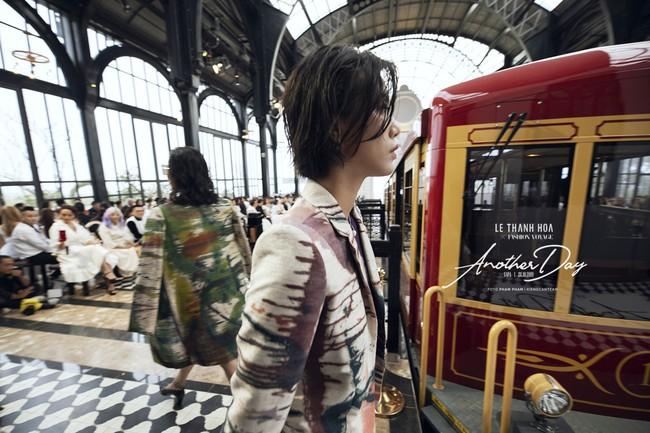 Bí mật đằng sau show diễn NTK Lê Thanh Hòa: Khoảnh khắc hậu trường xuất thần và khung cảnh nhà ga đẹp rụng rời qua mỗi bước catwalk của dàn mẫu - Ảnh 12.