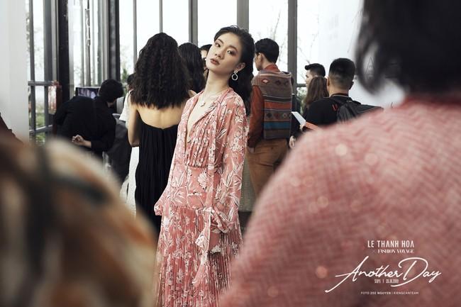 Bí mật đằng sau show diễn NTK Lê Thanh Hòa: Khoảnh khắc hậu trường xuất thần và khung cảnh nhà ga đẹp rụng rời qua mỗi bước catwalk của dàn mẫu - Ảnh 4.
