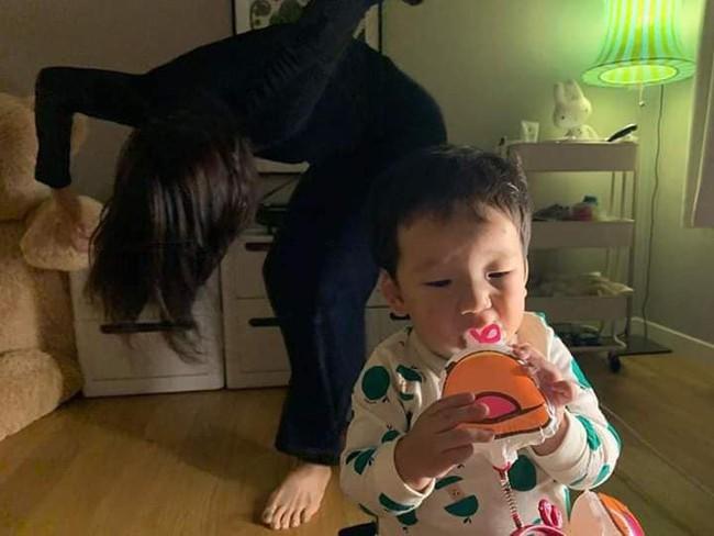 """Bà mẹ với sở thích làm """"trò con bò"""" đằng sau lưng con nay lại tái xuất với loạt hình ảnh khó đỡ - Ảnh 12."""