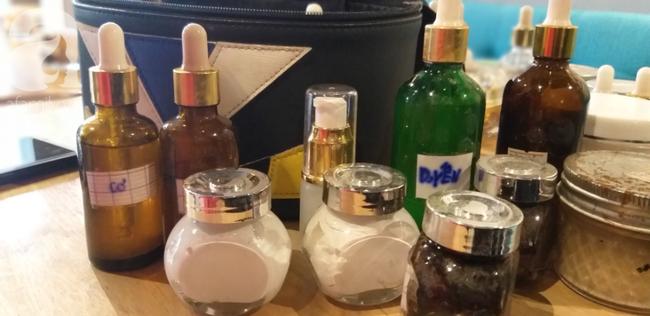 Những lọ mỹ phẩm được khách hàng mua từ cơ sở spa