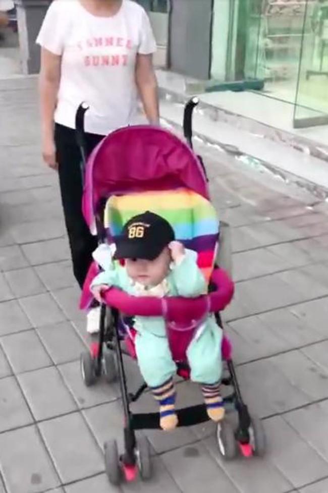 Mẹ giả vờ không nhận ra con, phản ứng của đứa trẻ khiến mẹ đau lòng - Ảnh 2.