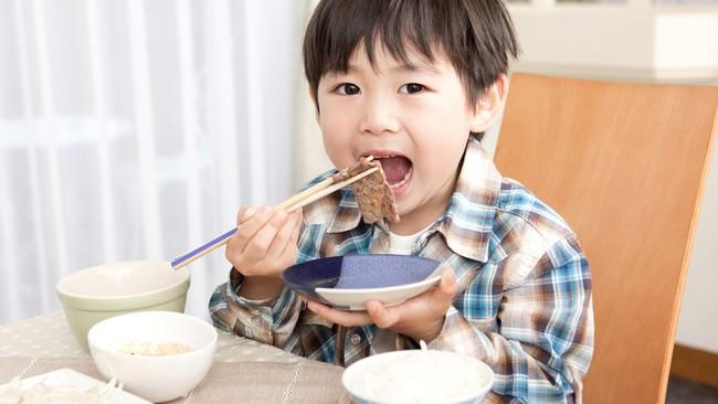 Bà mẹ trẻ chia sẻ tuyệt chiêu giúp con từ rất ghét ăn rau cho đến ăn ngoan thun thút - Ảnh 1.