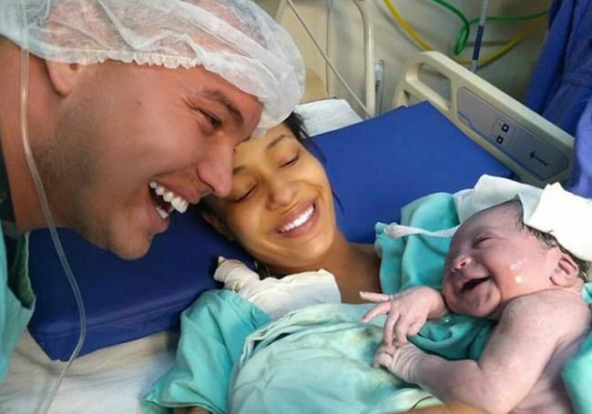 Bố chăm trò chuyện với con khi con còn trong bụng mẹ và đây là điều bất ngờ ngọt ngào khi bé chào đời - Ảnh 1.