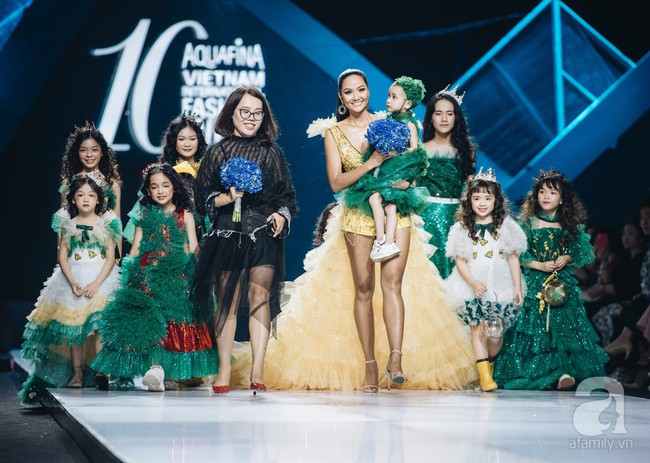 Hoa hậu H'Hen Niê bế em bé ung thư chính khoảnh khắc cả khán phòng như vỡ oà - một cái kết cảm xúc nhất trên sàn diễn ngày thứ 2 của AVIFW 2019 - Ảnh 5.
