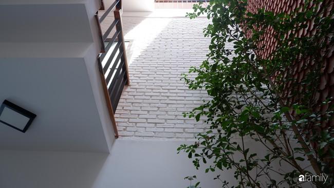 Căn nhà phố có khoảng thông tầng nhiều cây xanh và ánh sáng của chàng KTS trẻ dành tặng vợ mới cưới ở Đà Nẵng - Ảnh 9.
