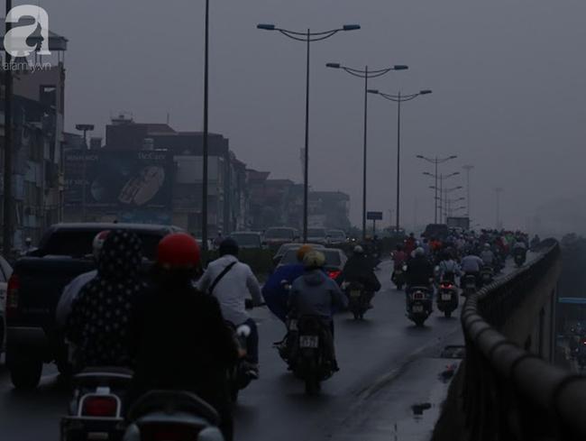 Sương mù bất ngờ bao phủ Hà Nội, nhiều người ngỡ... Tết đang về - Ảnh 1.