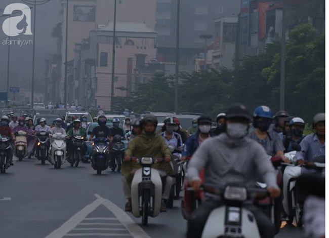 Sương mù bất ngờ bao phủ Hà Nội, nhiều người ngỡ... Tết đang về - Ảnh 3.