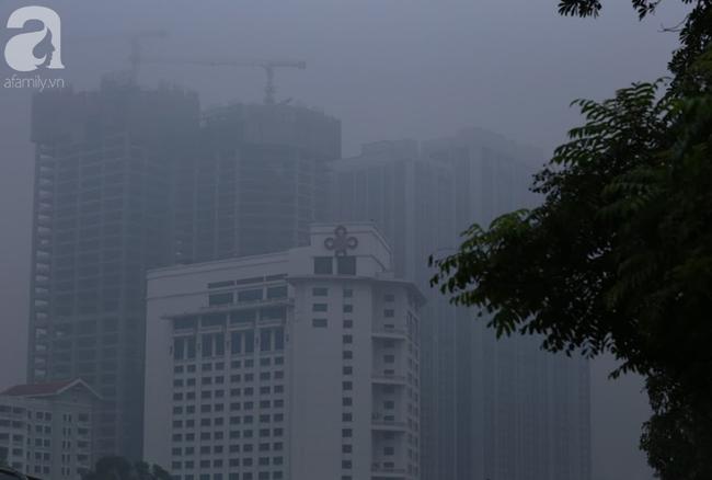 Sương mù bất ngờ bao phủ Hà Nội, nhiều người ngỡ... Tết đang về - Ảnh 8.