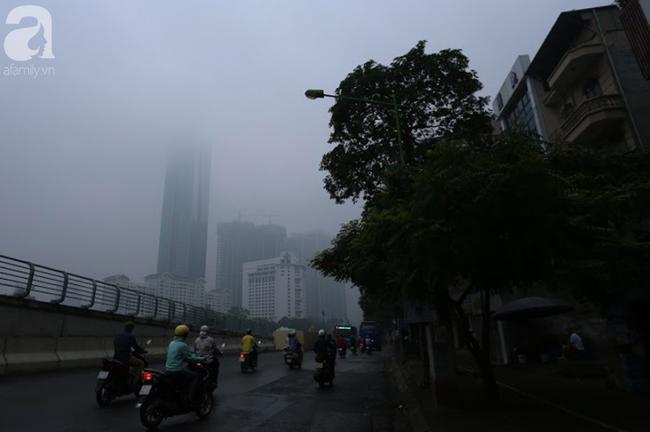 Sương mù bất ngờ bao phủ Hà Nội, nhiều người ngỡ... Tết đang về - Ảnh 9.