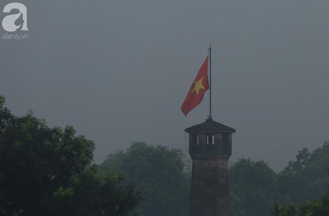 Sương mù bất ngờ bao phủ Hà Nội, nhiều người ngỡ... Tết đang về - Ảnh 11.