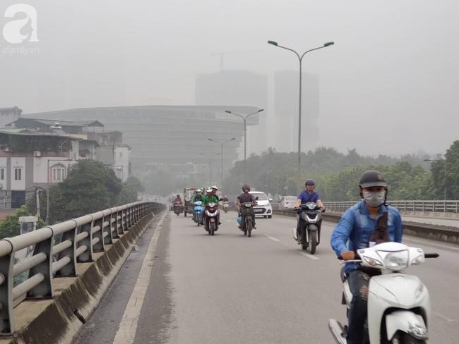 Thời tiết se lạnh, sương mù bất ngờ bao phủ Hà Nội, người dân lo sợ khi chỉ số ô nhiễm lại ở mức báo động tím - Ảnh 13.