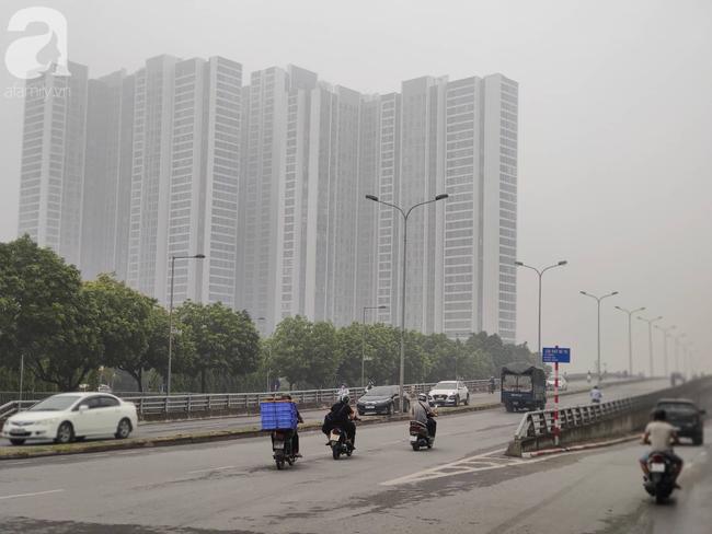 Thời tiết se lạnh, sương mù bất ngờ bao phủ Hà Nội, người dân lo sợ khi chỉ số ô nhiễm lại ở mức báo động tím - Ảnh 15.