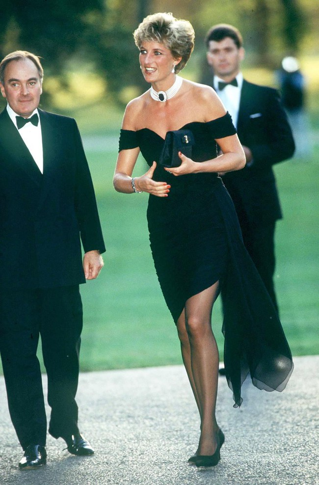 """""""Chiếc váy trả thù"""" của công nương Diana được đồn đoán chính là nguồn cảm hứng cho váy cưới tuyệt đẹp của Hailey Bieber - Ảnh 4."""