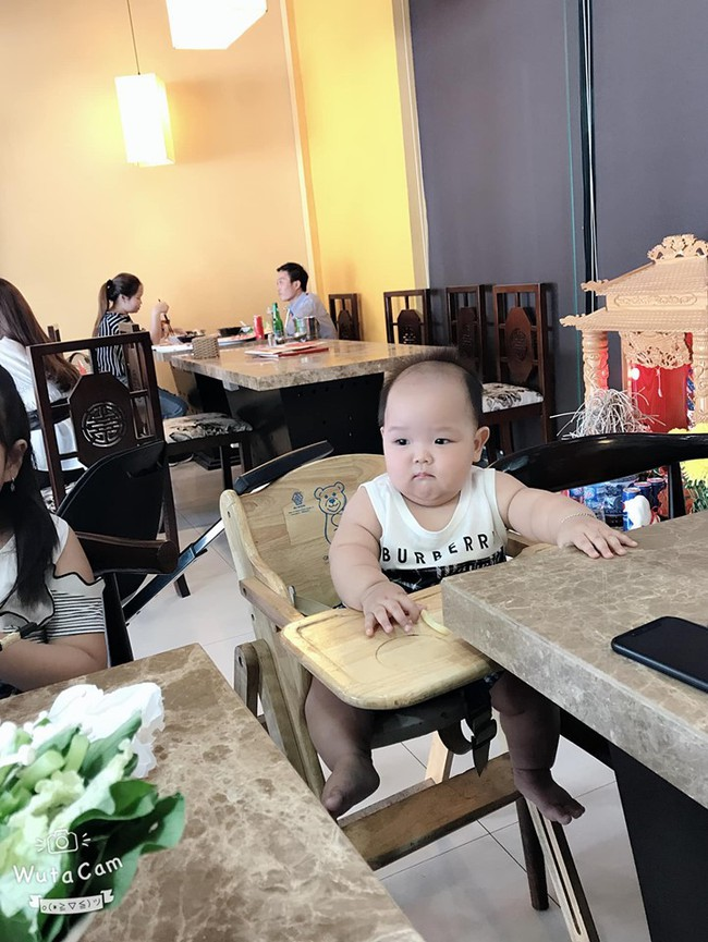 """Bé trai 8 tháng nặng 14kg, khắp người tròn trịa toàn ngấn khiến nhiều mẹ """"phát cuồng"""" hóa ra được nuôi theo cách không thể đơn giản hơn - Ảnh 1."""