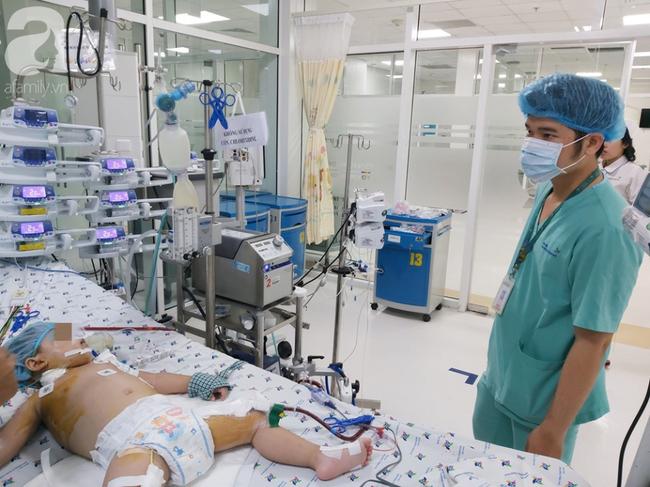 """Bác sĩ dùng phương pháp """"hồi sinh tim phổi"""" cứu bé gái 30 tháng tuổi nguy kịch vì viêm phổi cực nặng - Ảnh 1."""