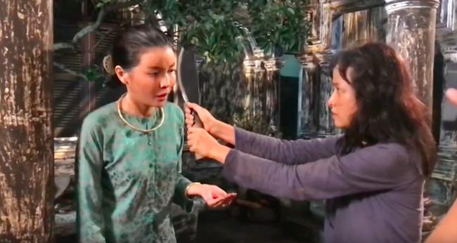 """""""Tiếng sét trong mưa"""": Lộ cảnh Hiểm cầm dao rạch nát mặt Hai Sáng nhưng Cao Thái Hà lại có phản ứng cực lạ  - Ảnh 4."""