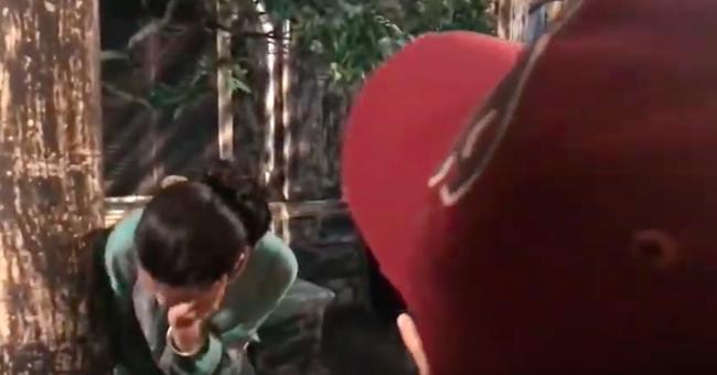 """""""Tiếng sét trong mưa"""": Lộ cảnh Hiểm cầm dao rạch nát mặt Hai Sáng nhưng Cao Thái Hà lại có phản ứng cực lạ  - Ảnh 6."""