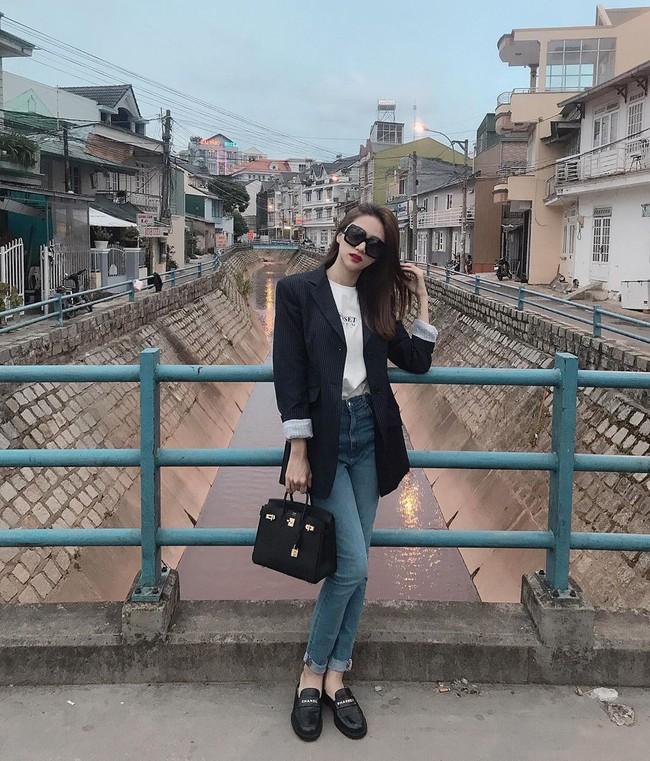 """Diện toàn quần jeans là quần jeans, mà sao style của Hương Giang vẫn thú vị và """"ăn chơi"""" đến thế! - Ảnh 4."""