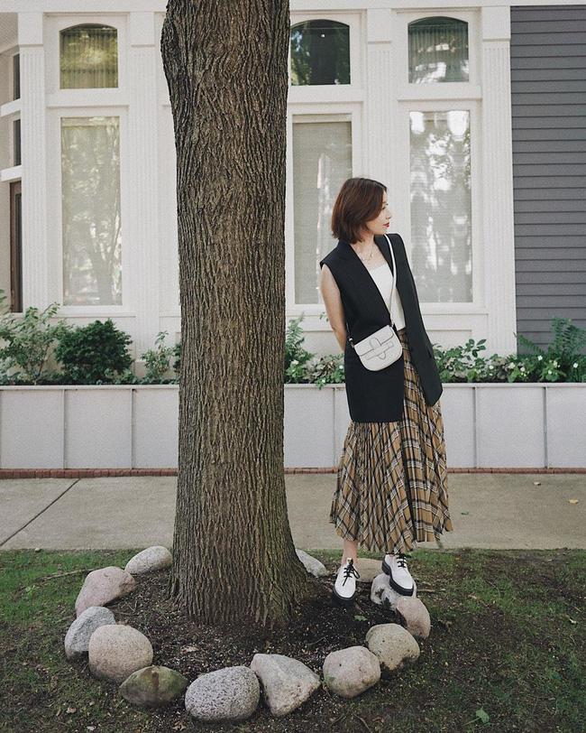 """Chân váy xếp li vẫn hot điên đảo và bạn nên """"ghim"""" 12 ý tưởng diện item này cho sành điệu bằng chị bằng em - Ảnh 12."""