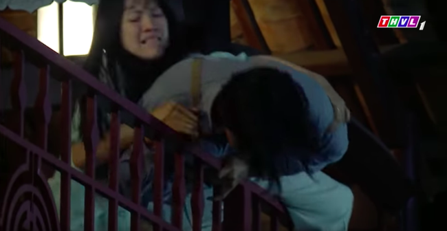 """""""Tiếng sét trong mưa"""": Quay cảnh nhảy lầu cao không cần bảo hộ, cậu Thanh Bình """"liều mạng"""" vì phim là có thật  - Ảnh 1."""