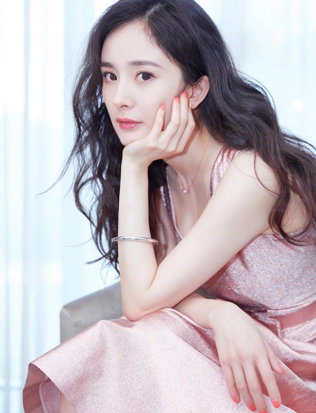 Cùng là tiểu hoa nổi tiếng nhưng phí đại diện thương hiệu của Dương Mịch, Địch Lệ Nhiệt Ba và Trịnh Sảng vẫn thấp hơn sao nữ này - Ảnh 3.