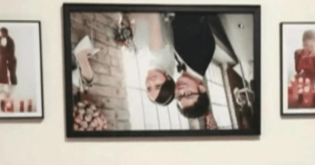 Ảnh cưới trên tường đột ngột rơi xuống để lộ 2 đôi mắt nhìn chằm chằm trên tường khiến đôi vợ chồng hốt hoảng không hiểu chuyện gì xảy ra - Ảnh 2.