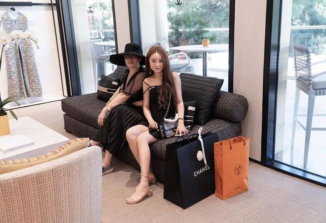 Cô nàng rich kid vung tay 2,3 tỷ cho một lần shopping: Style ngập tràn sắc đen sang chảnh, ... những màn đập hộp đồ hiệu - Ảnh 1.