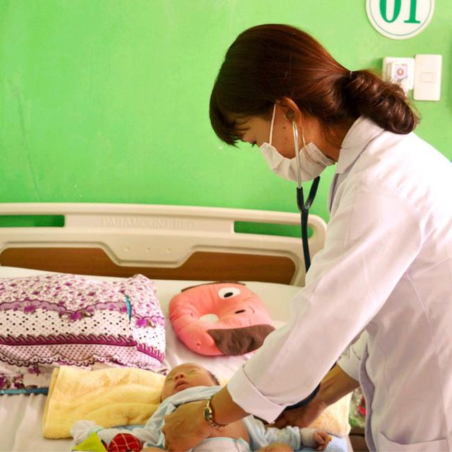 Nhiều trẻ nhập viện vì viêm phổi tái đi, tái lại nhiều lần do sự chuyển mùa thời tiết - Ảnh 1.
