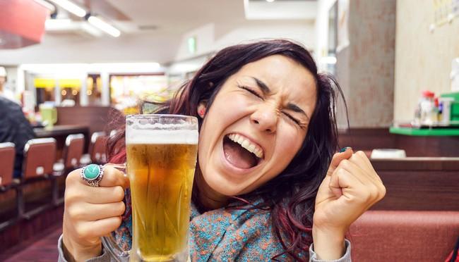 Tạp chí Time khẳng định: Uống rượu, bia giúp chúng ta nói ngoại ngữ trôi chảy hơn - Ảnh 1.