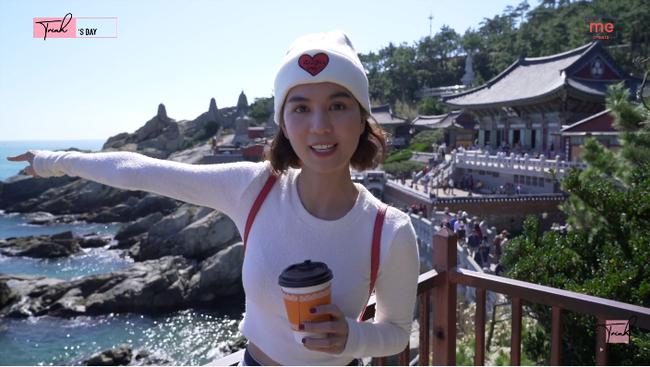 """Tung vlog du hí Hàn Quốc cùng ngày với Vũ Khắc Tiệp, Ngọc Trinh gây sốc vì ăn sống loài cá có tên gọi """"nhạy cảm"""" - Ảnh 1."""