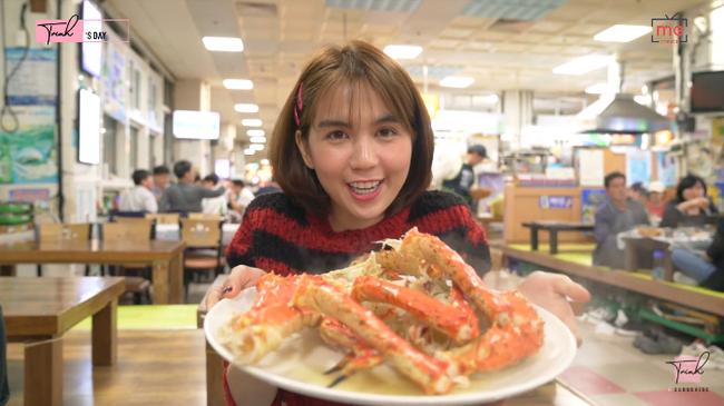 """Tung vlog du hí Hàn Quốc cùng ngày với Vũ Khắc Tiệp, Ngọc Trinh gây sốc vì ăn sống loài cá có tên gọi """"nhạy cảm"""" - Ảnh 10."""