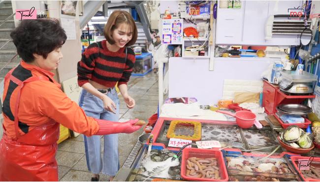 """Tung vlog du hí Hàn Quốc cùng ngày với Vũ Khắc Tiệp, Ngọc Trinh gây sốc vì ăn sống loài cá có tên gọi """"nhạy cảm"""" - Ảnh 4."""