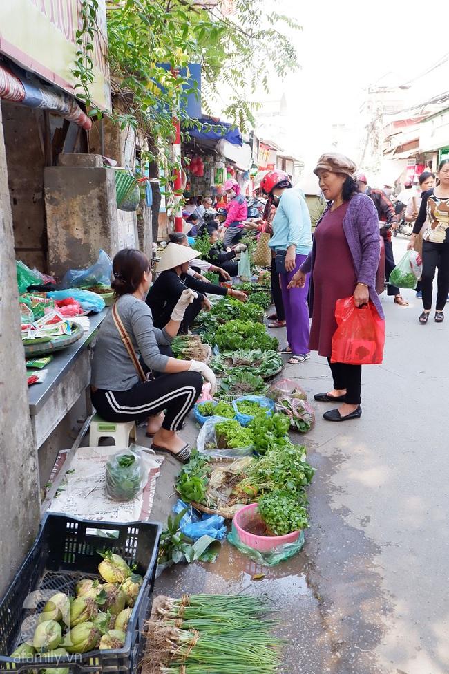 Chợ phiên trong lòng phố: Mua thực phẩm sạch với giá rẻ mà không cần bố mẹ ở quê đóng thùng nhỏ thùng to ứng cứu - Ảnh 1.