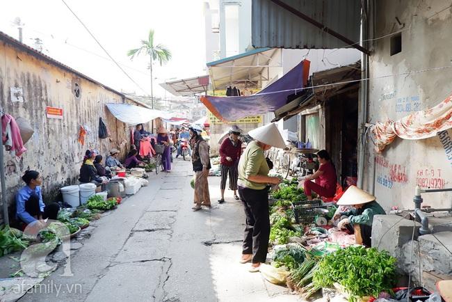 Chợ phiên trong lòng phố: Mua thực phẩm sạch với giá rẻ mà không cần bố mẹ ở quê đóng thùng nhỏ thùng to ứng cứu - Ảnh 3.