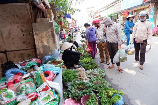 Chợ phiên trong lòng phố: Mua thực phẩm sạch với giá rẻ mà không cần bố mẹ ở quê đóng thùng nhỏ thùng to ứng cứu - Ảnh 2.