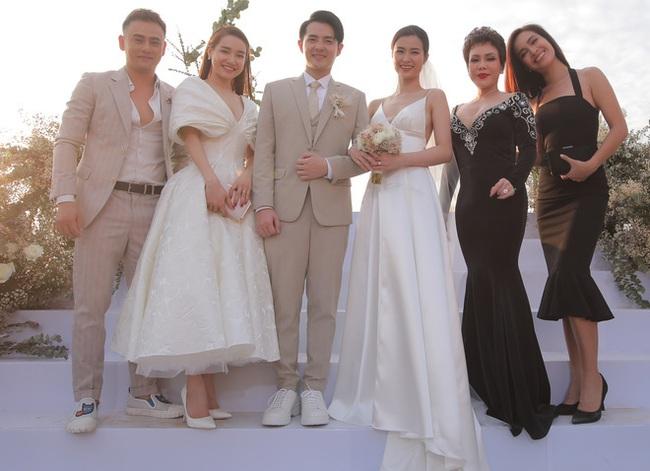 Rút kinh nghiệm từ dàn khách mời tại đám cưới Đông Nhi: Dự đám cưới ngoài bờ biển tốt nhất là để giày gót cao ở nhà hết - Ảnh 4.