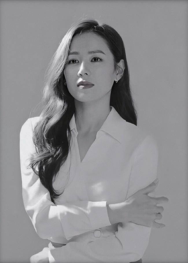 """Chỉ là hình hậu trường chụp ảnh quảng cáo thôi mà đã đẹp hết phần thiên hạ thế này rồi, bảo sao Son Ye Jin vẫn được xem là """"tình đầu quốc dân"""" số 1 Hàn Quốc - Ảnh 2."""
